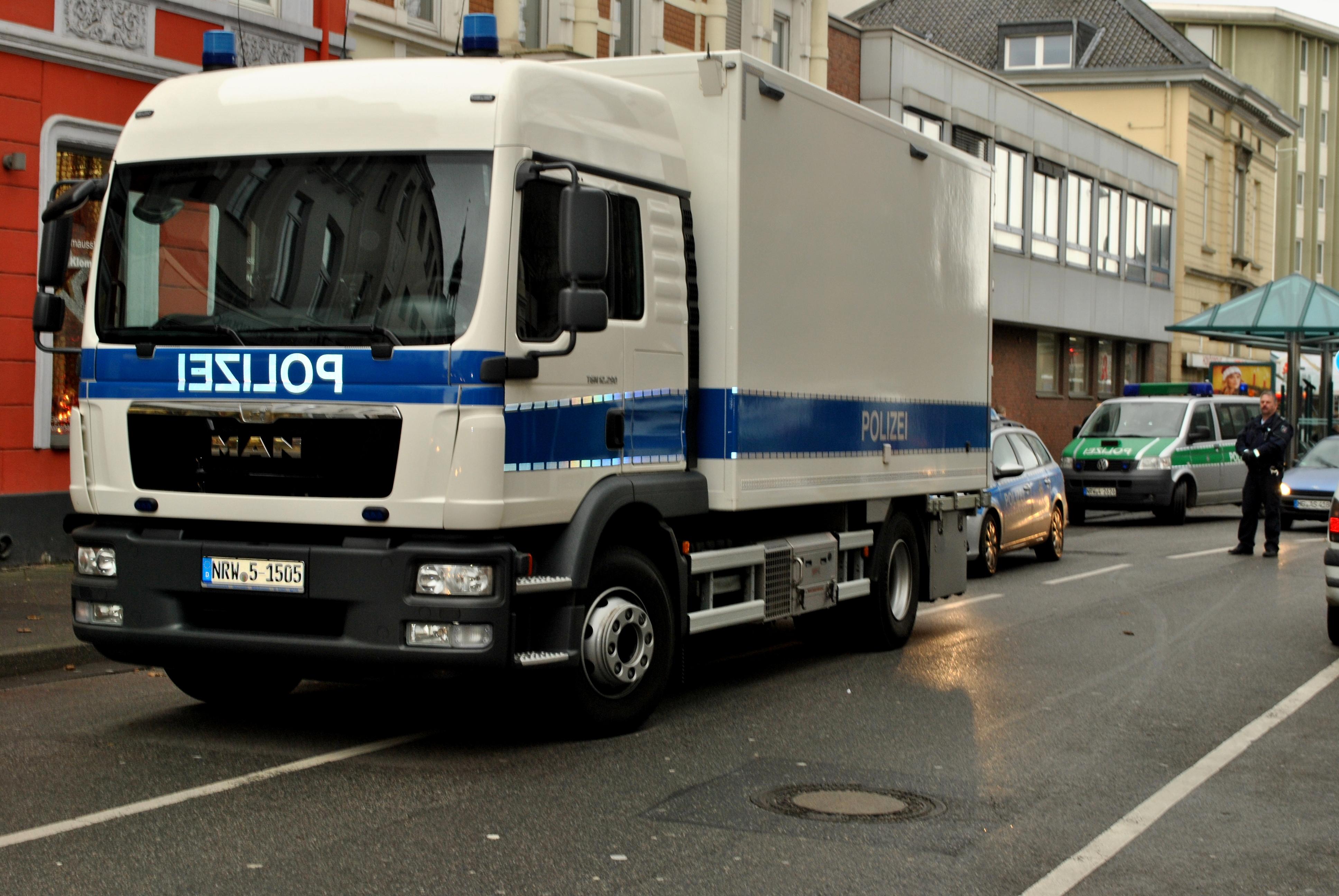 23.12.2014 - Herrenloser Koffer sorgte für Störungen im vorweihnachtlichen Verkehr in der Rheydter Innenstadt