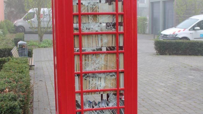 Zerstörung an Telefonzelle für Bücherschrank